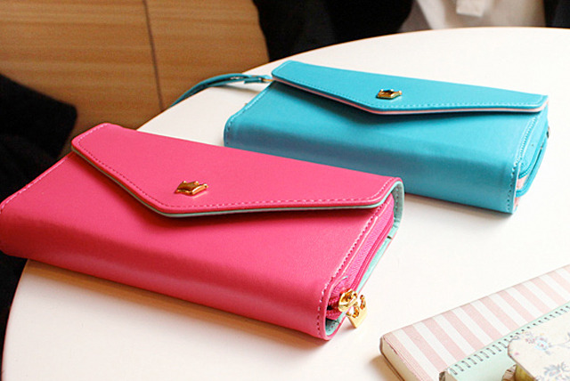 £8.99 instead of £24.99 (from Mobileheads) for an envelope purse case for your iPhone, Samsung, BlackBerry or Nokia smartphone - save 64%