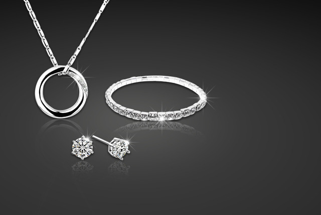 £19 instead of £114.96 (from Shining Glamour) for a Swarovski Elements full circle tri set inc. a pendant, bracelet and stud earrings - save 83%