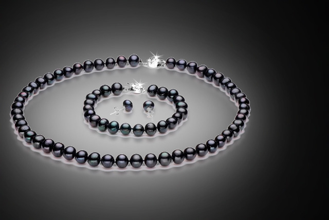£20 instead of £182 (from Evoked Design) for a black semi-baroque pearl tri set - get glamorous and save 89%