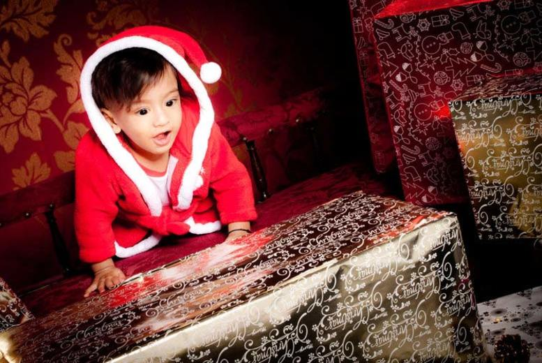 £12 for a Christmas family photoshoot inc. five prints, plus 15 photo cards, an A3 wall calendar or 12'' x 16'' canvas at Cloud House Studios, London & Bristol - save 88%