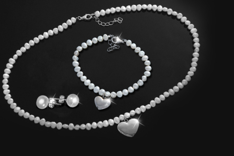£24 instead of £199.99 (from The Gemseller) for a pearl tri set with a rhodium-plated heart pendant - save 88%
