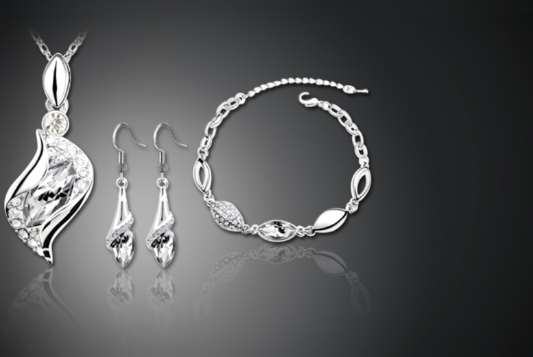 £16.99 instead of £149.99 (from Akzezorys) for a royal drop Swarovski Elements tri set - choose from 4 colours and save 89%