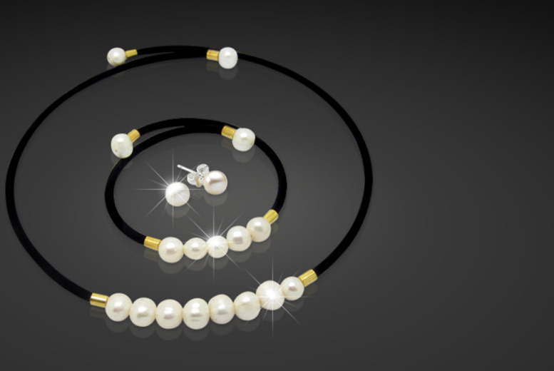 £15 instead of £90 (from Pearl Queen) for a pearl tri set including a bracelet, necklace and earrings made from freshwater pearls - save 83%