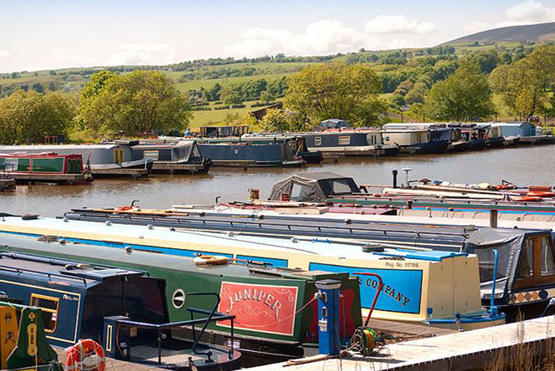 £10 for a christmas boat trip down the Leeds & Liverpool Canal and a visit to the Kingfisher Cafe from Reedley Marina Ltd
