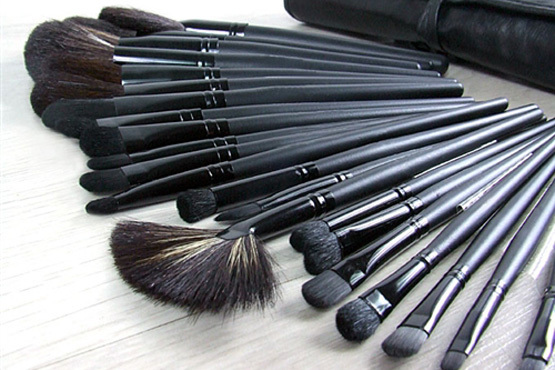 £24.99 instead of £69.99 for a 32 piece natural hair make-up brush set with leather-effect bag, from GeneeWenee – look great & save 64%