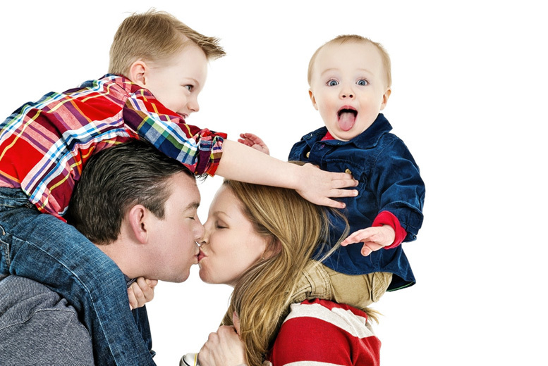 £19.99 instead of up to £35 for a family photoshoot for up to 12 with framed 7'' x 5'' print from Venture Studios, 24 UK locations - save up to 43%