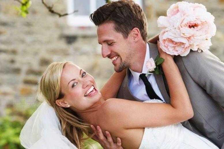 £299 instead of up to £600 for an 8-hour wedding photography package including all images on disc from Digital Weddings - save up to 50%