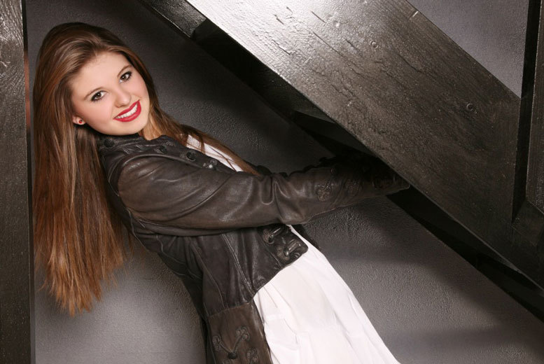 £7.50 instead of £130 for a MAC makeover photoshoot, 11 prints and £150 to spend towards photo packages at Studio 56 Photography, Leicester - save 94%