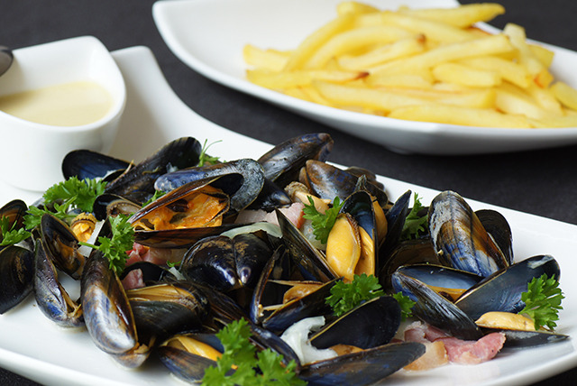 £11 instead of up to £21.90 for 1kg moules frites for 2 inc. a glass of wine each, or 2kg for £17 at The Swan at Bures, Suffolk - save up to 50%