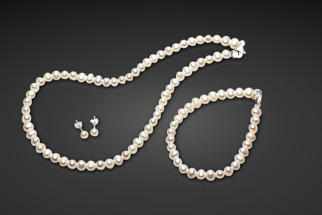 £19 instead of £139.99 (from The Pearl Element) for a freshwater pearl tri set including a necklace, bracelet and earrings - save 86%