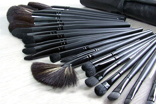 £19 instead of £139.99 (from EGUK) for a 32-piece make-up brush set - perfect your application and save 86%