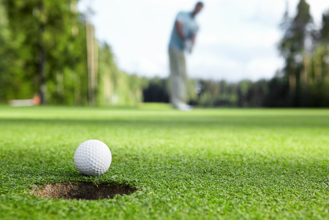£12 instead of £32 for 18-holes of golf for 2 people or £20 for 4 people at Thames Ditton and Esher Golf Club - save up to 62%
