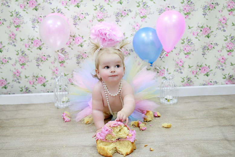 £11 for a one hour cake smash baby photoshoot including six 8 x 6 prints of the same image at pandora images romford