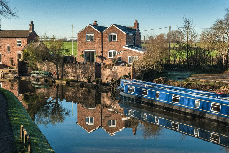 £99 to hire a narrow boat on a weekday for up to 12 people, or £125 during a weekend with Evie Day Boat Hire, Manchester!