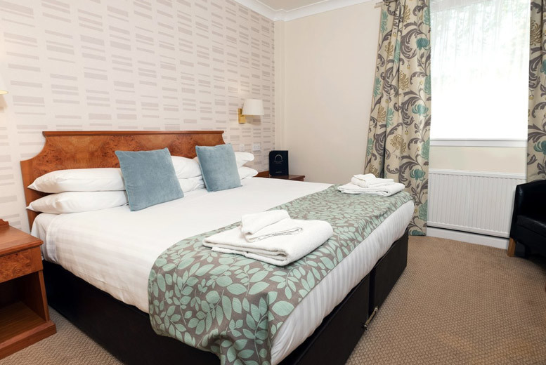 Edinburgh: 1-2nt Dunfermline Stay, Wine & Dining for 2 – Xmas Party Option! from £69